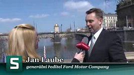 Ondra Synek parkuje Forda na pontonu