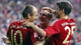 Fotbalisté Bayernu si stříhají o zahrání přímého kopu.