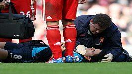 Zranění Mikela Artety z Arsenalu v zápase s Liverpoolem