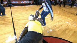 Nadšený LeBron James povalil fanouška