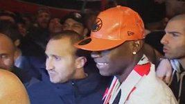 Balotelli se v Miláně pozdravil s fanoušky