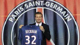 David Beckham odchází z lékařské prohlídky v Paříži.