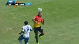 Vlastní gól mexického obránce Joela Huiquiho