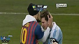 Fanoušek vběhl na hřiště a políbil Messiho.