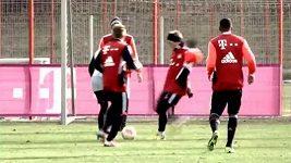 Schweinsteiger na tréninku Bayernu Mnichov nakopl Ribéryho