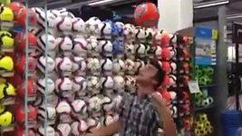 Fernando Alonso pobavil fanoušky žonglováním.