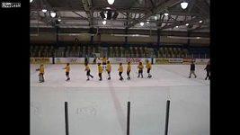 Trenér malých kanadských hokejistů podrazil dvěma hráčům nohy a čeká ho 15 dnů vězení.