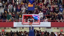 Neskutečný koš na basketbalovém zápase vysokých škol