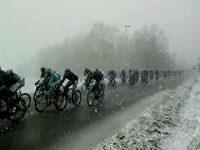 Cyklisté ve sněhové vánici.