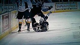 Hokejistovi stoupl spoluhráč bruslí na obličej