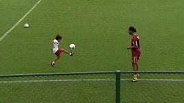 Ronaldinho si zatrénoval s malým chlapcem.