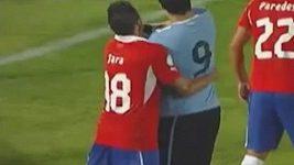 Suárez udeřil pěstí soupeře.