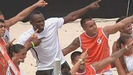 Usain Bolt při beach volejbalu.
