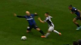 Cambiassův zákrok na Giovinka z Juventusu.