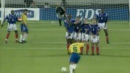 Památný gól Brazilce Roberta Carlose proti Francii