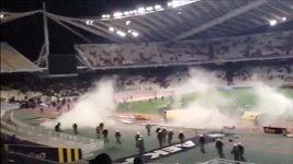 Rozzlobení fanoušci AEK Atény přerušili duel v řecké lize.