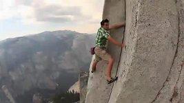 Sólovýstup Alexe Honnolda na Half Dome v Yosemitech.