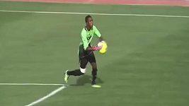 Ghanský brankář vynesl míč mimo pokutové území.