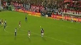 Argentinský fotbalista Tonso vymazal obranu soupeře
