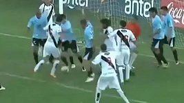 Neuvěřitelný chumel hráčů před bránou, gól ale nakonec padl.