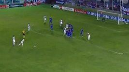 Gól paraguayského fotbalisty Mirandy z přímého kopu