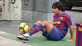 """""""Messi z ulice"""" předvádí v ulicích Barcelony fantastické kousky."""