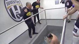 Trenér Conte skončil v bazénku