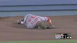 Bryce Harper v MLB tvrdě narazil