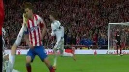 První část videa zachycuje Ronaldův sporný zákrok. Ve druhé je vidět rozlícený Mourinho před svým vykázáním ze hřiště.