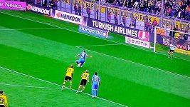 Záložník Borussie Dortmund Kevin Grosskreutz čelil penaltě.
