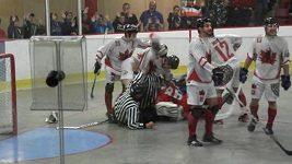 Hokejbalová řežba v utkání Kanada - Česko.