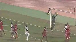 Súdánský brankář si po rohovém kopu srazil míč do vlastní sítě.