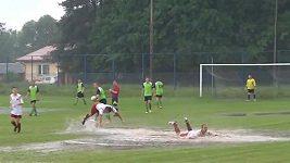 Mokrá oslava gólu v Polsku.