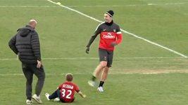 Beckhamovi synové hrají proti Ibrahimovićovi a Thiagu Silvovi.