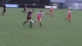 Úžasné sólo mladého irského fotbalisty.