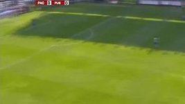 Cavenaghi vstřelil gól z půlky hřiště.