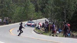 Neukáznění fanoušci přeběhli přes trať.
