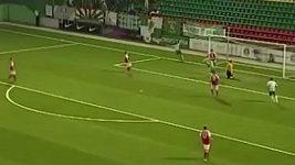 Fotbalista Bilinski se při oslavě gólu s fanoušky zranil.