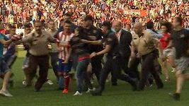 Mediální prezentace Davida Villy na stadiónu Vicente Calderóna v Madridu. Novou posilu Atlétika musela před fanoušky chránit policie.