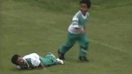 Malý Thiago neznal v boji o míč bratra.