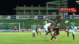 Brutální faul v druhé brazilské lize
