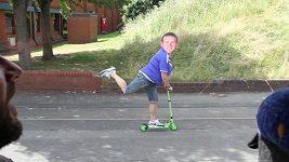 Parodie na běh fanouška Arsenalu s postavou Waynea Rooneyho.