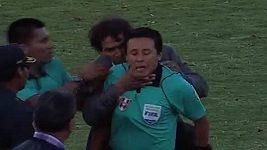 Kouč Navarro chytil rozhodčího pod krkem.