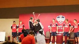 Lukas Podolski a Per Mertesacker se představili v tradičním samurajském hávu.