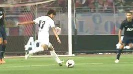 Parádní trefa Takumi Minamina proti Manchesteru United