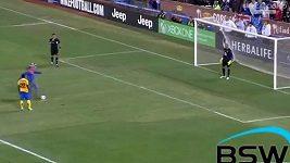 Fanoušek střílí penaltu