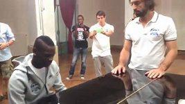 Balotelli hraje na piano.
