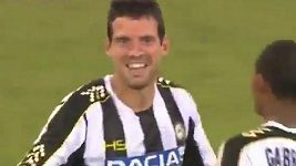 Záložník Udine Lazzari dal gól z poloviny hřiště.