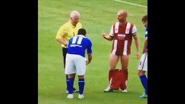 Fotbalista sundal protihráči za zdržování trenky.