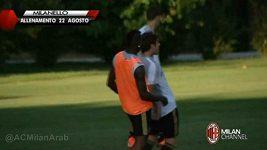 Mario Balotelli na tréninku AC Milán nakopl spoluhráče Poliho